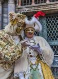 Förklädda par med den magiska bollen Arkivfoto