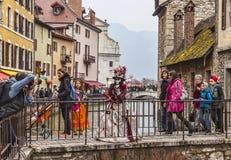 Förklädda Person Posing på en bro Royaltyfri Fotografi