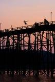 Förkläde som hoppar av den måndag bron Arkivbilder