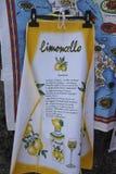 Förkläde som visar receptet för Limoncello arkivfoton