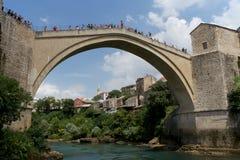 Förkläden från den gamla bron och åskådarna i Mostar Arkivbild