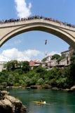 Förklädet faller från den gamla bron i Mostar Royaltyfria Foton