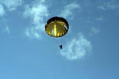 förklädet hoppa fallskärm Royaltyfri Foto