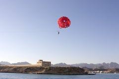 förklädet hoppa fallskärm Arkivbild