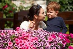 förklarande moder för barn som är utomhus- till Arkivbilder