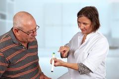 Förklaring av sjuksköterskan hur man använder insulinpennan royaltyfri fotografi