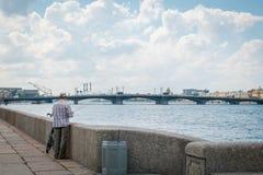 Förklaringbro- eller Blagoveshchenskiy bro i StPeterburg, Ryssland Sikt från att gå gatan arkivfoto