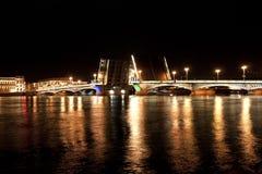 Förklaringbro i natten i St Petersburg, Ryssland Royaltyfri Fotografi