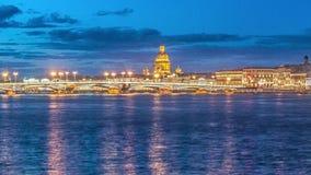 Förklaringbro, klaffbron, bron på floden Neva, St Petersburg, Ryssland lager videofilmer