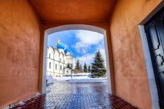 Förklaringdomkyrka av den Kazan Kreml mot den suddiga himlen i vinter 2 royaltyfria bilder
