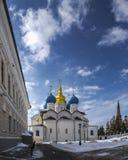 Förklaringdomkyrka av den Kazan Kreml mot den suddiga himlen i vinter 4 arkivfoton