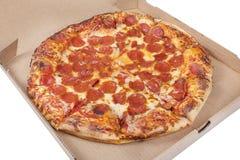 Förklippt pizza för peperoni i en ask royaltyfri foto
