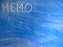 FörkortningsMINNESLISTA som är skriftlig på en blått, förhållandevis smutsig svart tavla vid krita Lokaliserat i det övre vänstra royaltyfri fotografi