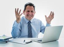 Förkrossad och desperat mogen affärsman som arbetar med bärbara datorn som känner sig ilsken och rasande på kontoret royaltyfria foton