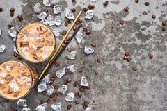 Förkylning bryggade med is kaffe i högväxt exponeringsglas royaltyfri fotografi