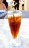 Förkylning iced tea med sugrör Fotografering för Bildbyråer