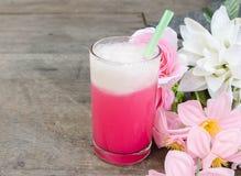 Förkylning mjölkar rosa färger i exponeringsglaset royaltyfria foton