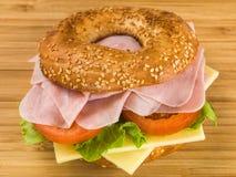 Förkylning skivad bagel för Ham With Fresh Tomato och ostsalladsesam Royaltyfri Foto