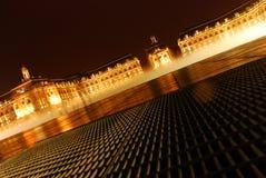 Förlägga de la Börs på natten med den Miroir d'eauen Royaltyfri Bild