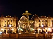 Förlägga de-la Concorde Fountain i Paris på midnatt Royaltyfria Bilder