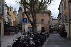 Förlägga des Tanneurs, Aix-en-provence, Frankrike kyrkliga tornspiror och motorcykelgummihjul arkivbild