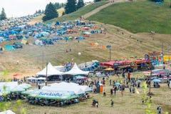 Förlägga en matställe och vila på festivalen av Rozhen 2015 i Bulgarien royaltyfri foto