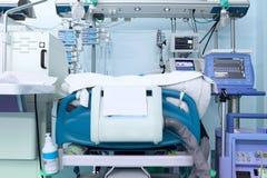 Förlägga en tung patient i modern ICU Royaltyfri Bild