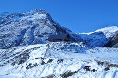 Förlägga i barack i bergen i vinter, Österrike, Europa Arkivfoto