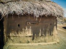 Förlägga i barack Tumbili i Masaibyn Tanzania välkomnandet för många maasaistammar arkivfoton