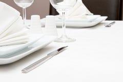 Förlägga inställningen med vitcrockery- och wineexponeringsglas Royaltyfri Foto
