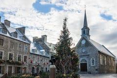 Förlägga kyrkan för Royale Royal Plaza och Notre Dame des-segrar som dekoreras för jul - Quebec City, Kanada Arkivbilder