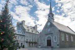 Förlägga kyrkan för Royale Royal Plaza och Notre Dame des-segrar som dekoreras för jul - Quebec City, Kanada Royaltyfri Fotografi