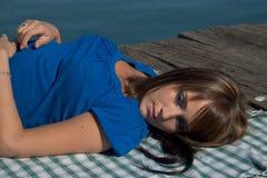 förlängd kvinna för kant lake Fotografering för Bildbyråer