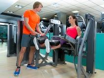 Förlängning för idrottshallkvinnaben med den personliga instruktören Royaltyfria Foton