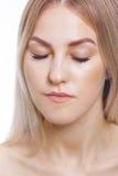 Förlängningsögonfrans Stående av den härliga unga kvinnan med perfekt hud Skönhet och omsorg Spa salong Arkivfoto