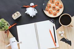 Förlöjliga upp av den öppna anteckningsboken, pappers- hantverk, kubkalender, grillade morötter med den läskiga framsidan och kaf Royaltyfria Bilder