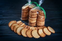 Förlöjliga upp inpackning för kakor Nära övre sikt på plana lekmanna- hemlagade kakor på mörk bakgrund royaltyfria bilder