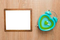 Förlöjliga upp, på en träbakgrund med en klocka Fotografering för Bildbyråer