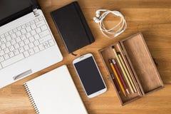 Förlöjliga upp studentskrivbordet med bärbara datorn, notera och blyertspennor Royaltyfri Bild