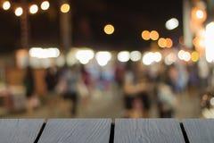 Förlöjliga upp svart trätabellstilsort och suddig gå gatabackg fotografering för bildbyråer