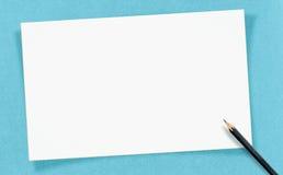 Förlöjligar det vita tomma kortet för tappning med blyertspennan på hantverkpapper, upp för Fotografering för Bildbyråer