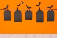Förlöjligar rolig orange bakgrund för allhelgonaaftonen med etiketter för svartmellanrumsförsäljningen och det vita träbrädet, up Fotografering för Bildbyråer