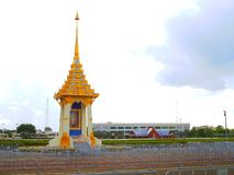 Förlöjligat upp krematoriet för konungen Rama IX som är motsatt till den storslagna slotten arkivbilder