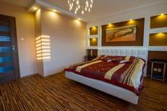 Förlaga sovruminterior med strålkastarear Arkivbilder