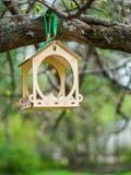 Förlagematare för fåglar i staden parkerar Arkivfoton