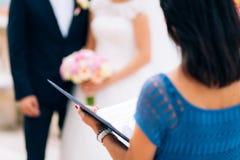 Förlagen av ceremonier på ett bröllop i Montenegro Med ett veck fotografering för bildbyråer
