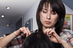Förlagen frisören gör hairdress Arkivfoto