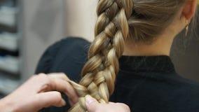 Förlagen gör frisyrflickan Hairstylingprocess arkivfilmer