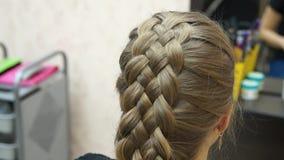 Förlagen gör frisyrflickan Hairstylingprocess lager videofilmer