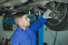Förlagen råder på bilreparation royaltyfri fotografi